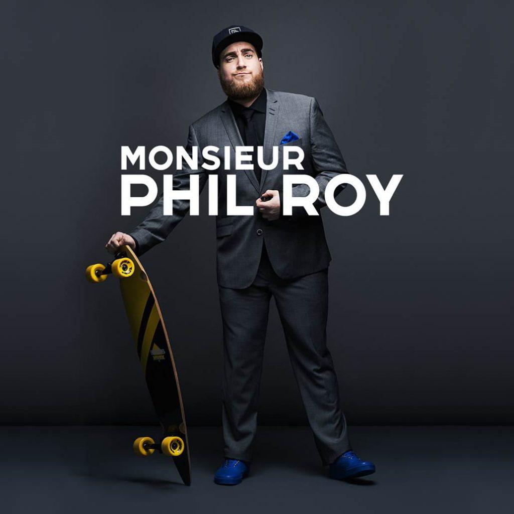 Phi Roy debout skate board