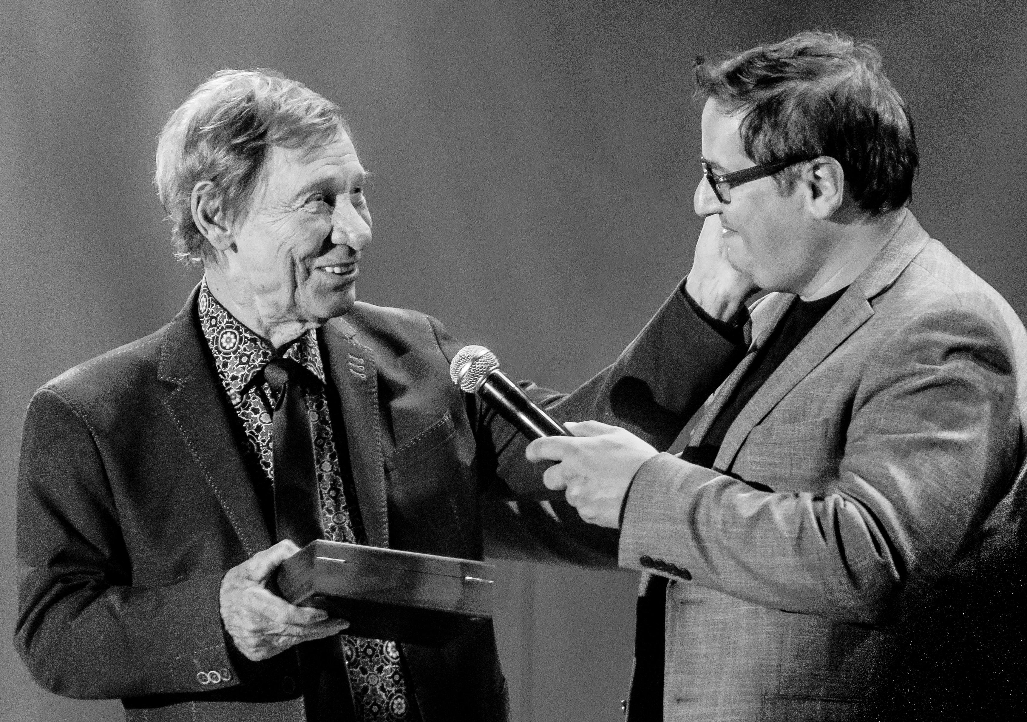 Les clés du Patriote à Jean-Pierre Ferland. Remise Alexandre Gélinas