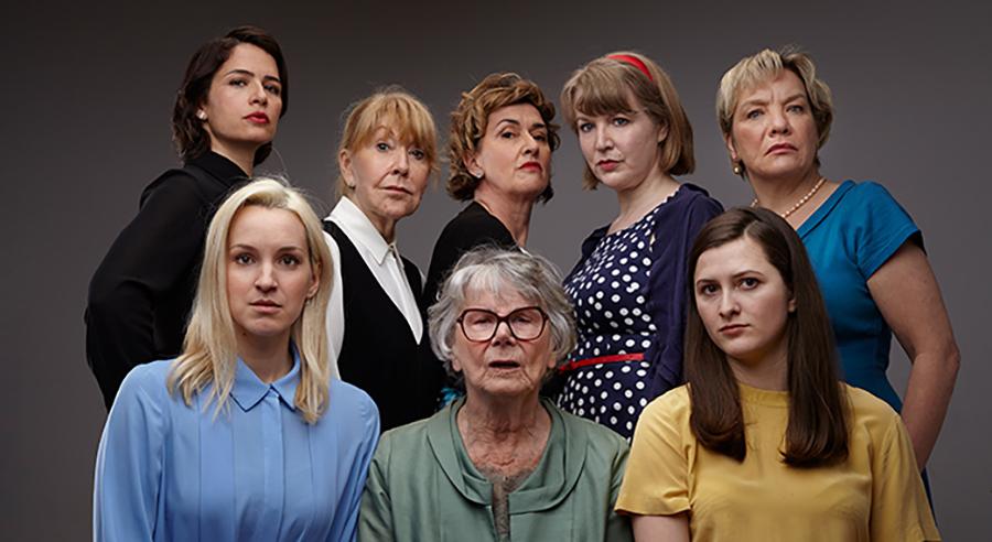 Huit femmes sur la scène du Patriote de Ste-Agathe